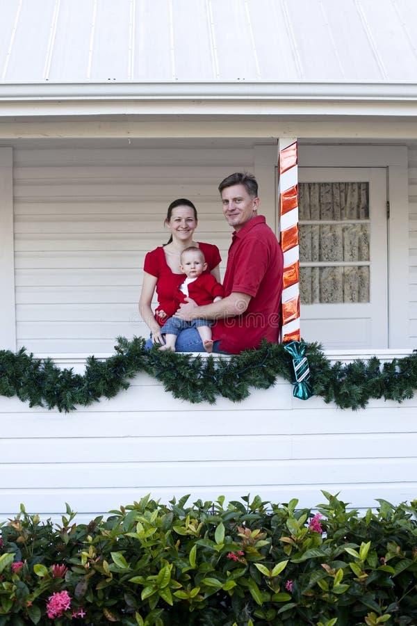 Família feliz em casa para o Natal foto de stock