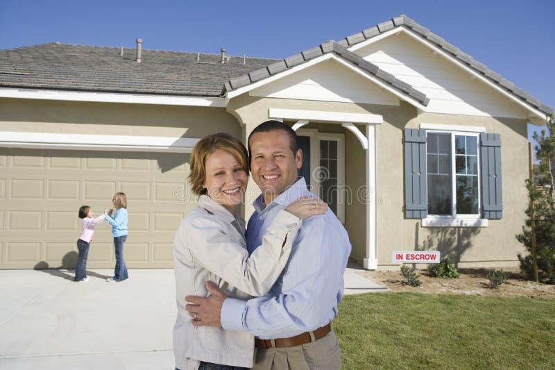 Download Família Feliz Em Front Of New House Imagem De Stock   Imagem De  Caucasiano,