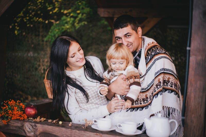 Família feliz em um chá bebendo da malhas em mais aforest imagens de stock