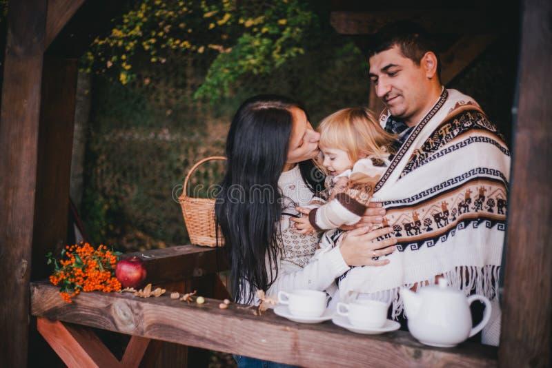Família feliz em um chá bebendo da malhas em mais aforest imagens de stock royalty free