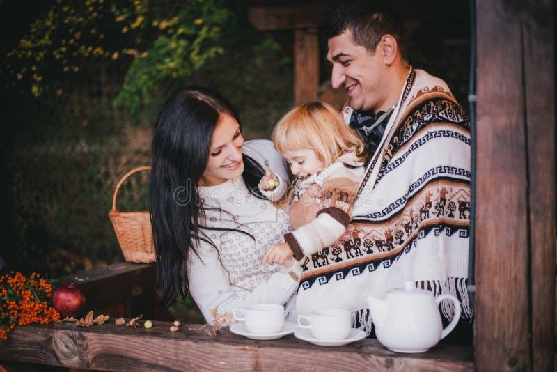 Família feliz em um chá bebendo da malhas em mais aforest imagem de stock