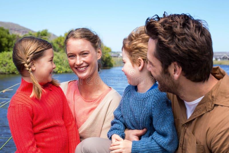 Família feliz em um lago imagens de stock royalty free