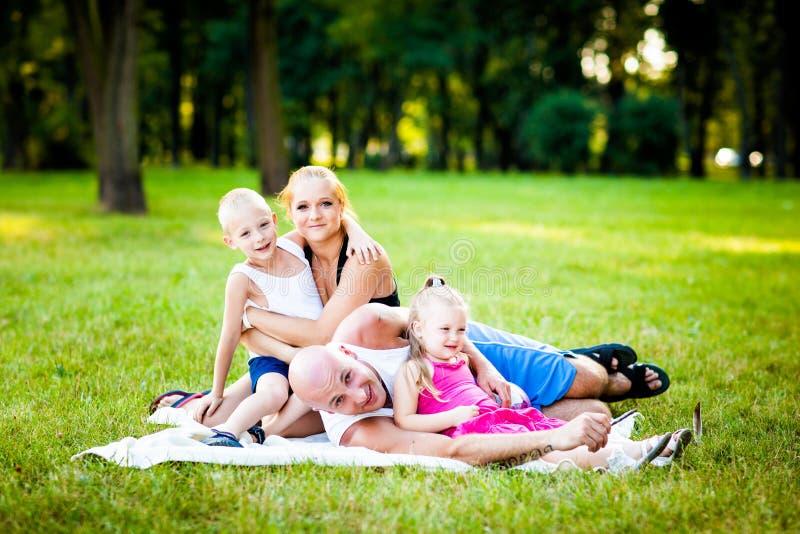 Família feliz em um parque fotos de stock royalty free
