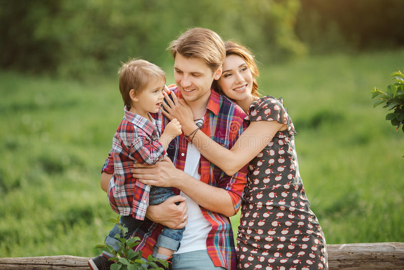 Família feliz em um parque fotos de stock