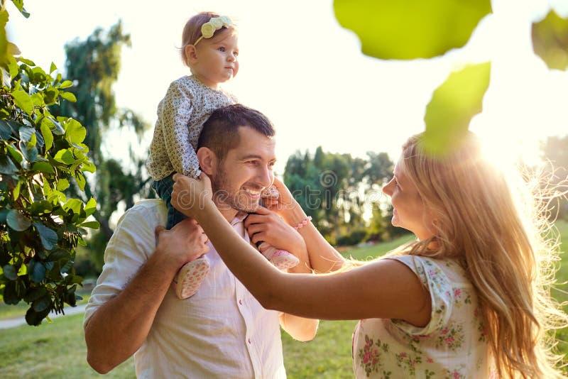 Família feliz em um parque no outono do verão fotos de stock royalty free