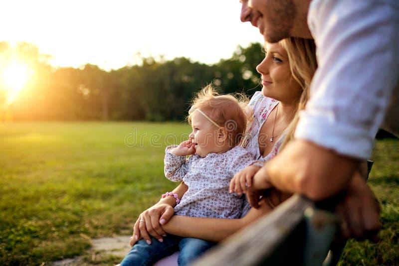 Família feliz em um parque no outono do verão foto de stock royalty free