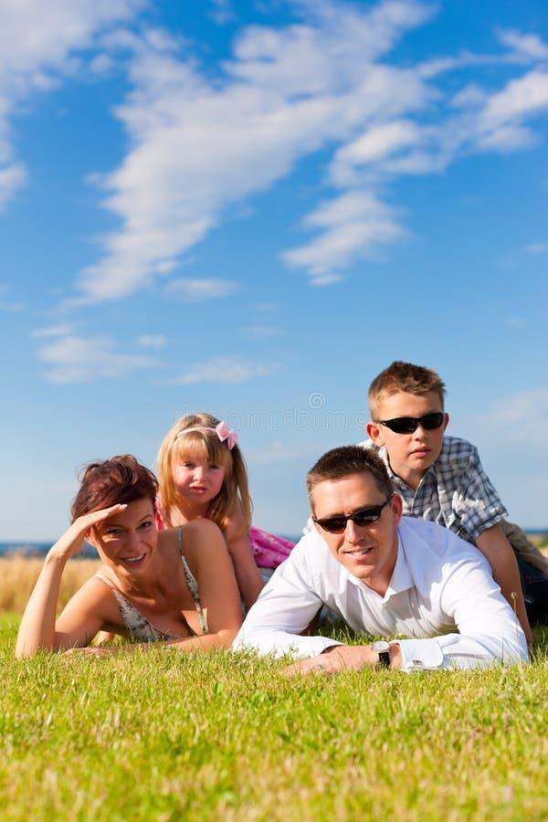 Família feliz em um prado no verão fotos de stock