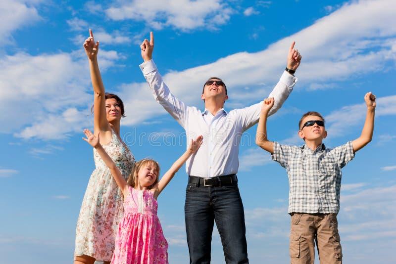 Família feliz em um prado no verão fotografia de stock