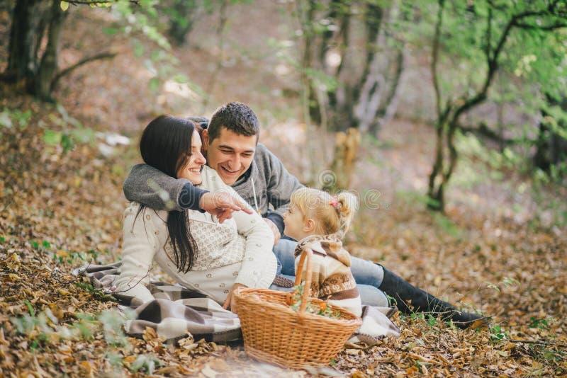 Família feliz em uma floresta do outono foto de stock royalty free