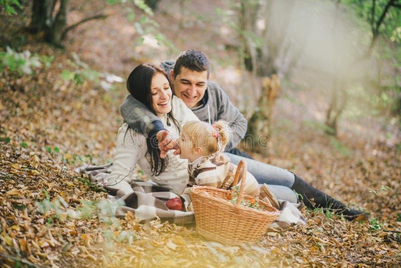 Família feliz em uma floresta do outono imagens de stock royalty free
