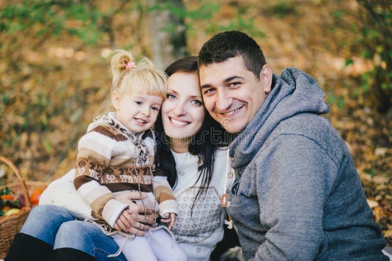Família feliz em uma floresta do outono fotografia de stock