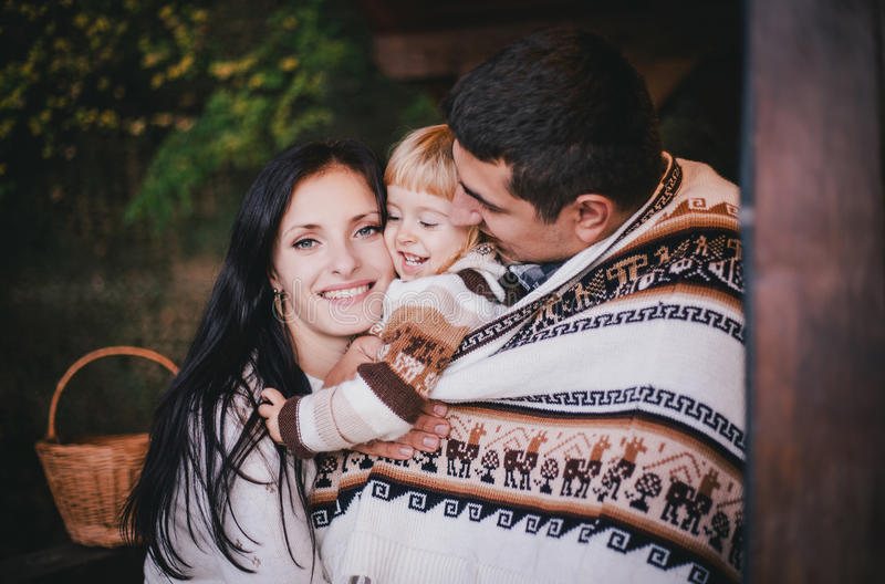 Família feliz em uma floresta do outono imagem de stock royalty free