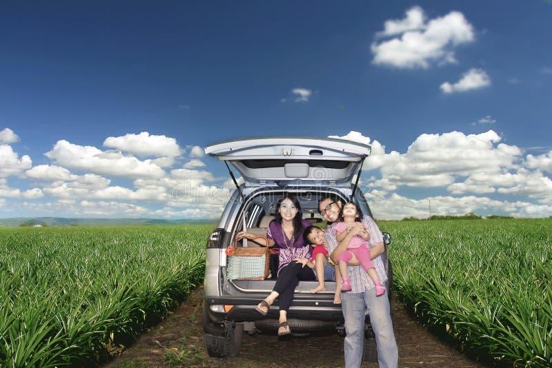 Família feliz em uma viagem por estrada