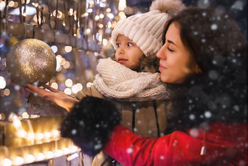 A família feliz está passando o tempo junto na noite com festão fotos de stock royalty free