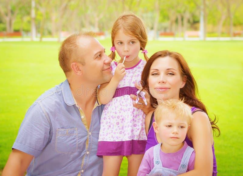 Família feliz fora imagens de stock royalty free