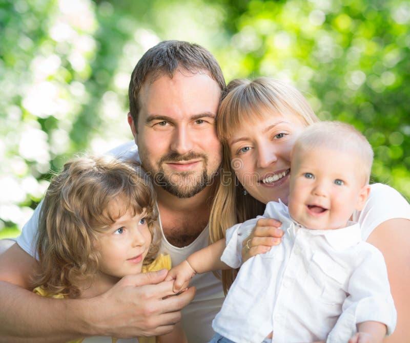 Família feliz fora imagens de stock
