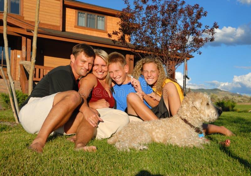Família feliz fora da casa imagem de stock royalty free