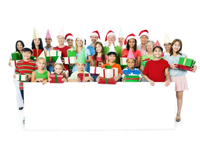 Família feliz grande que comemora a unidade do Natal foto de stock