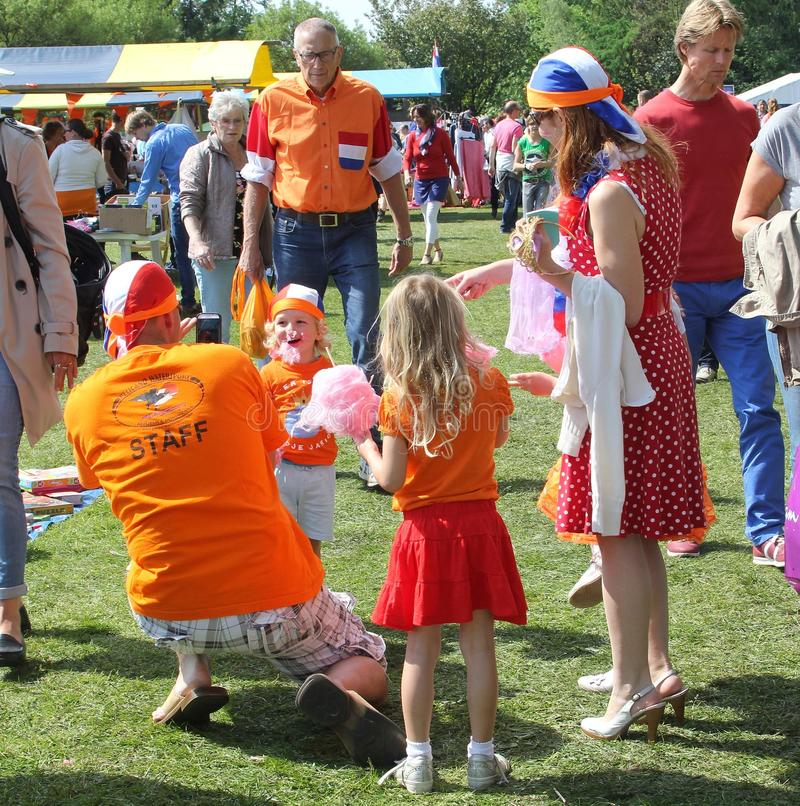 A família feliz holandesa aprecia doces do algodão doce, Holanda fotografia de stock royalty free