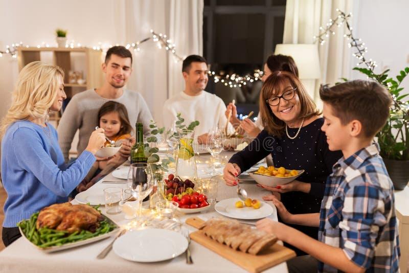 Família feliz jantando em casa fotos de stock royalty free