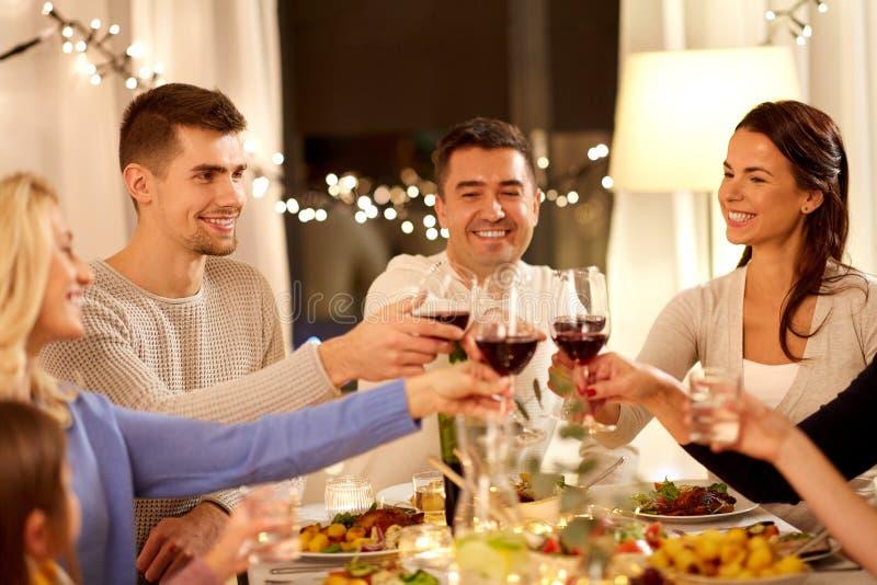 Família feliz jantando em casa fotografia de stock