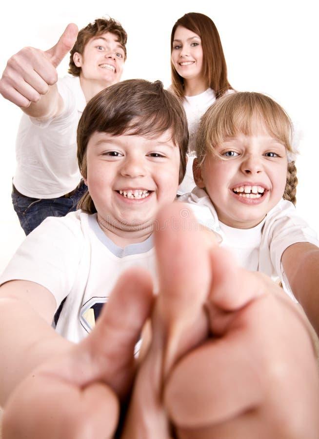 A família feliz joga para fora o polegar. imagens de stock royalty free
