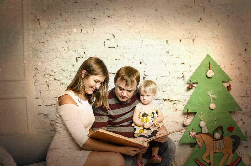 Família feliz junto em feriados de inverno foto de stock