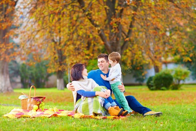 Família feliz junto no piquenique do outono fotografia de stock