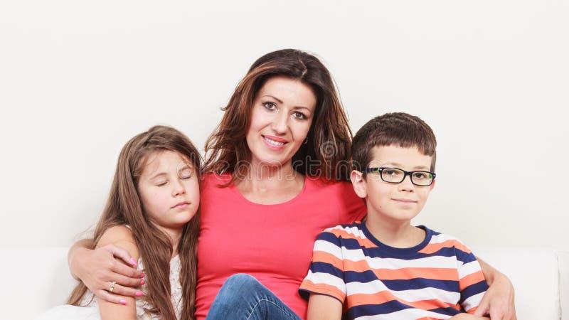 Família feliz Mãe e crianças no sofá em casa imagem de stock royalty free