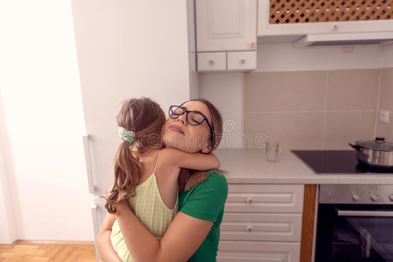 Família feliz - mãe e filha que apreciam em casa, feliz, sorrindo fotos de stock royalty free