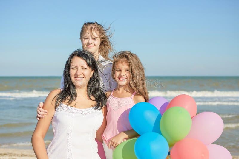 Família feliz Mãe, a filha a mais nova e um dezessete-ano-ol imagem de stock royalty free