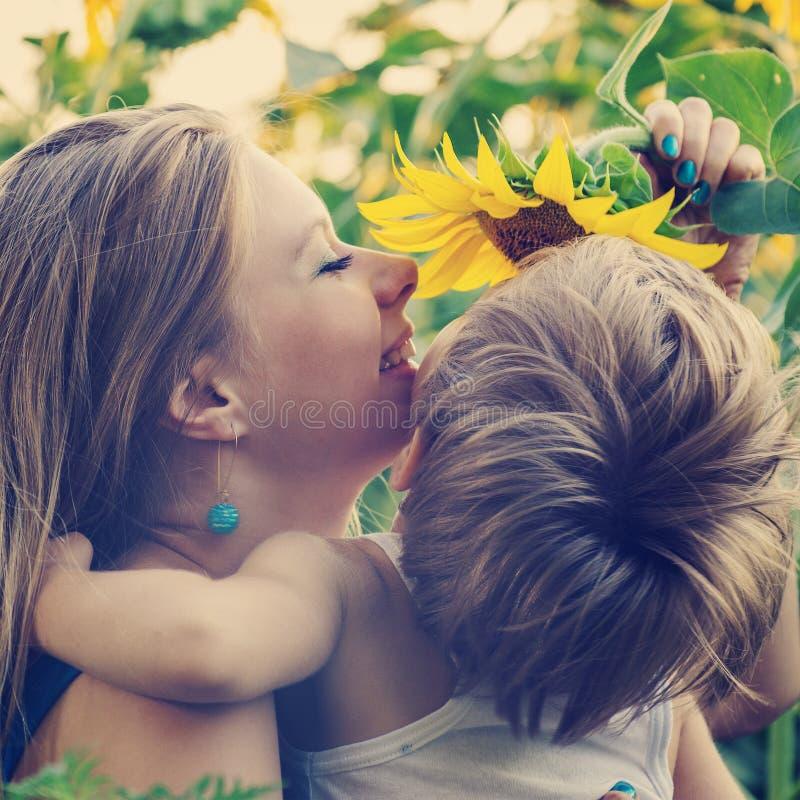 Família feliz. Mamã e filho. imagem de stock royalty free