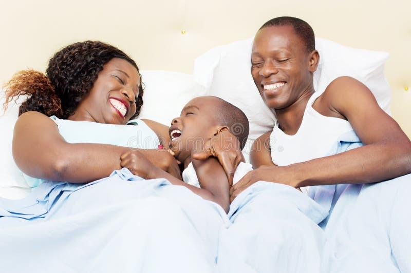 Família feliz na cama foto de stock royalty free