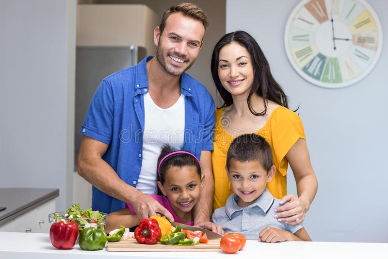 Família feliz na cozinha foto de stock royalty free