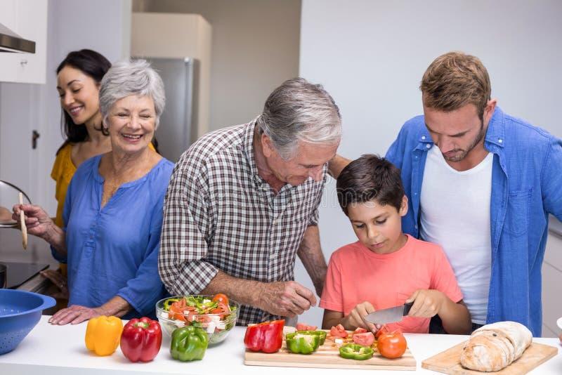 Família feliz na cozinha imagens de stock