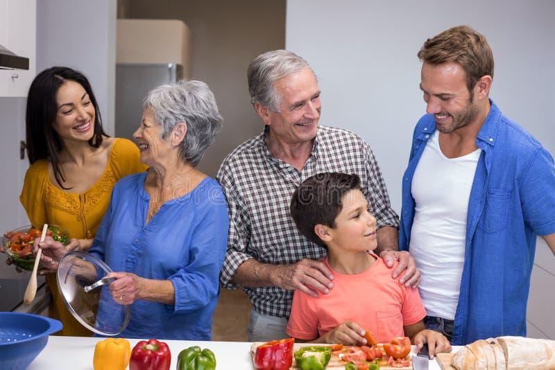 Família feliz na cozinha fotografia de stock royalty free