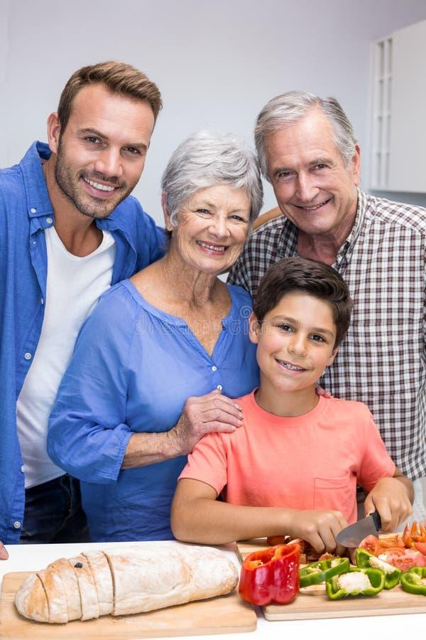 Família feliz na cozinha imagens de stock royalty free