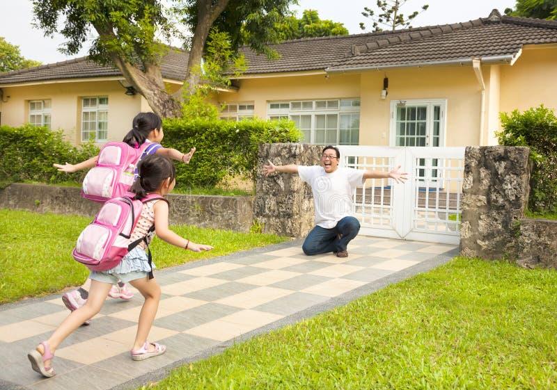 Família feliz na frente da casa imagem de stock royalty free