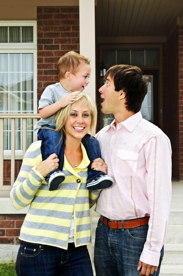 Família feliz na frente da HOME imagem de stock royalty free