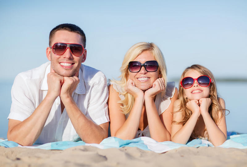 Família feliz na praia imagem de stock royalty free