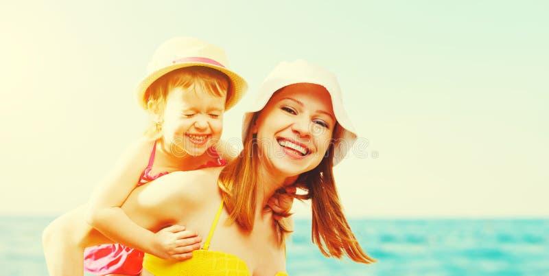 Família feliz na praia filha da mãe e da criança imagens de stock
