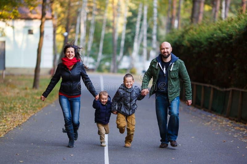Família feliz na queda imagens de stock
