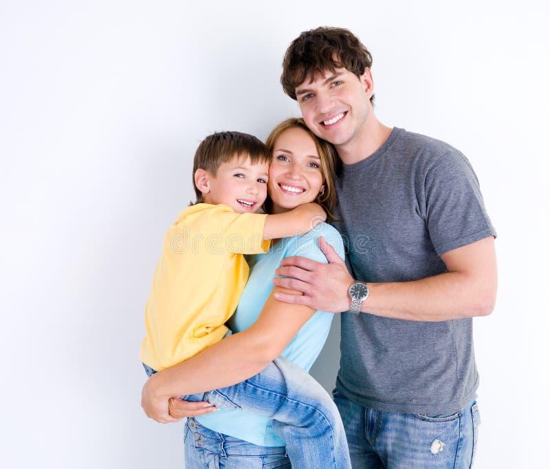 Família feliz no abraço com filho pequeno imagem de stock royalty free