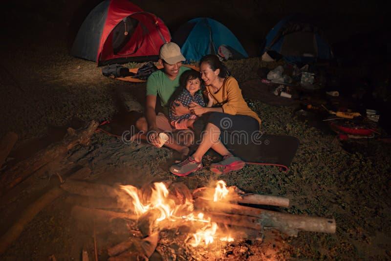 Família feliz no acampamento com fogueira foto de stock royalty free