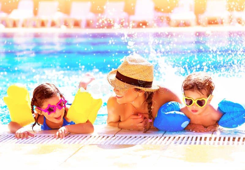 Família feliz no aquapark fotografia de stock