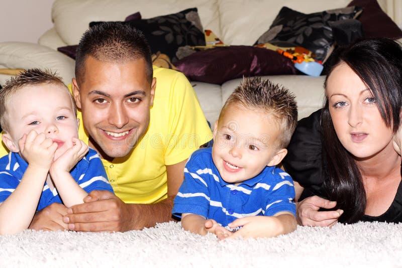 Família feliz no assoalho fotos de stock royalty free