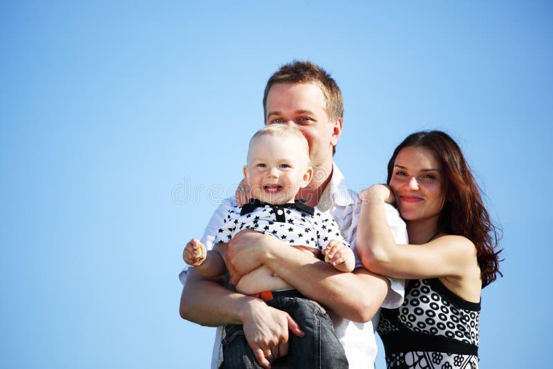 Família feliz no céu fotos de stock royalty free