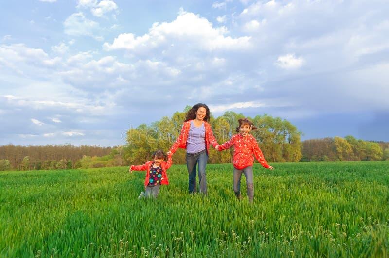 Família feliz no campo verde fotos de stock