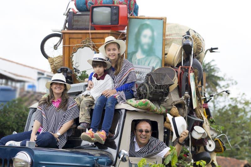 Família feliz no carro velho imagens de stock royalty free