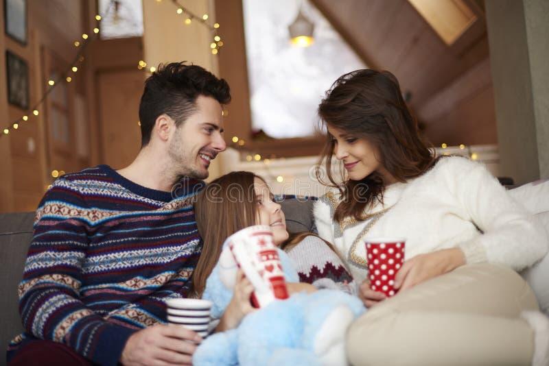 Família feliz no chalé do inverno fotos de stock